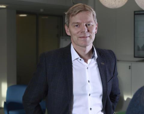 Robert Berg i fellesareal på kontorene