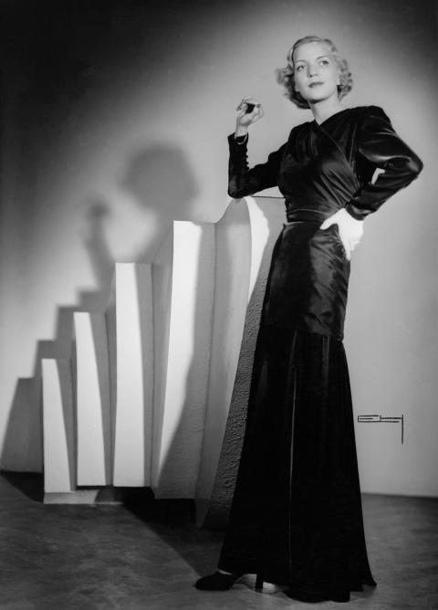 Modell visar en snäv långklänning, Nordiska Kompaniet 1941