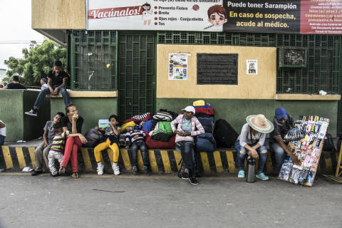 25,000 VENEZUELANS CROSS THE COLOMBIAN BORDER EVERY DAY