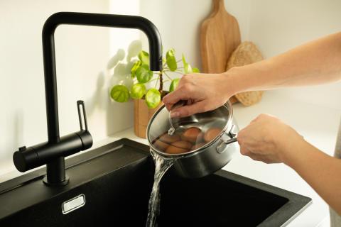 Pot_EGO_C15SS 1,5L POT_Pouring_water_boiled_eggs_horizontal_sRGB