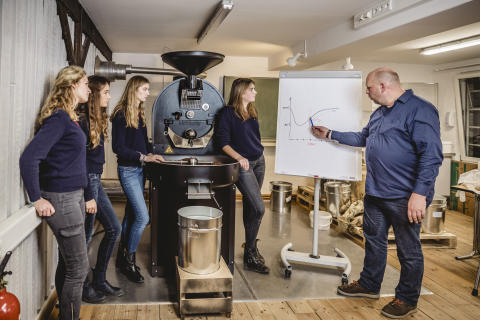 In der Louisenlunder Rösterei - Schülerinnen und Lehrer entwickeln optimale Röstkurve