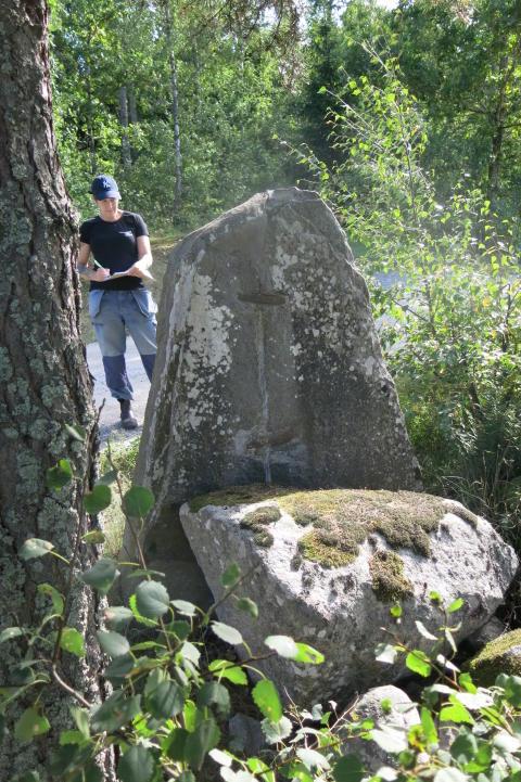 Bland skyltar och runstenar – länsmuseets arkeologer inventerar