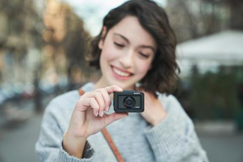 Уьтракомпактная противоударная камера Sony RX0M2 с поворотным экраном и внутренней записью 4К-видео