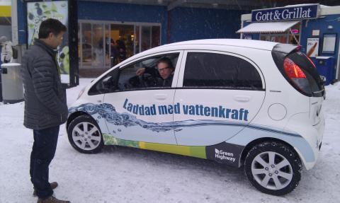Nu invigs norra Europas första snabbladdningsstation för elbilar i Östersund. Under tiden dricker vi te.