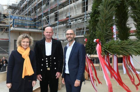 STRABAG Real Estate zieht Richtkranz über Hotel am DOM in Hamburg auf