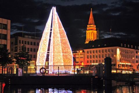 Auch die Winterbeleuchtung in Kiel ist maritim - Lichtsegelbaum