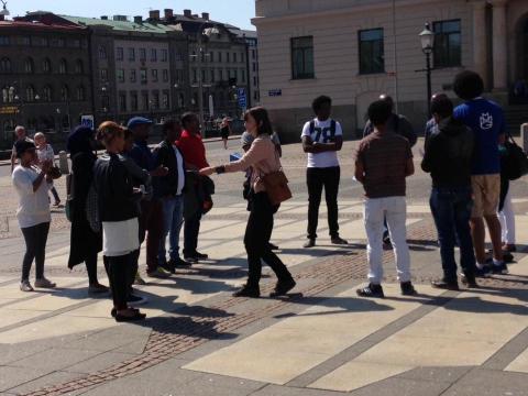 Jubileumssatsningen Göteborg berättar håller i en stadsvandring på tigrinja för nyanlända från Etiopien.