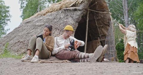 Arkeologens dotter_ep4_utanför hydda