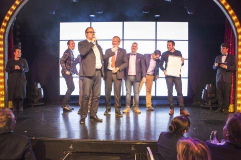 Salgsdirektør Lars Sande tar imot pris på Grand Travel Awards.