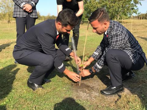 Norwegians kollegor planterar träd i Oxford