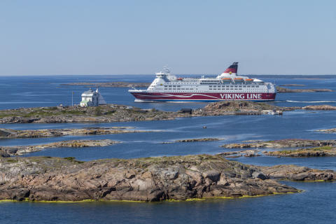 Amorella passerar Kobba Klintar, Åland