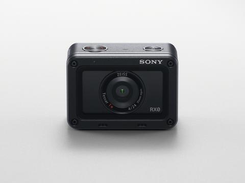 Η Sony παρουσιάζει την ultra-compact, ανθεκτική και αδιάβροχη RX0. Μεταφέρει την εγγυημένη ποιότητα εικόνας της σειράς RX σε «μέρη» όπου καμία άλλη κάμερα δεν τολμά