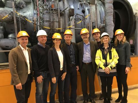 Representanter från Siemens och Göteborg Energi framför testturbinen i Rya Kraftvärmeverk.