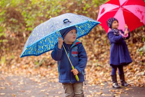Kuschelig durch den Herbst: Mit Fleecekleidung fühlen sich Kinder wohlig warm