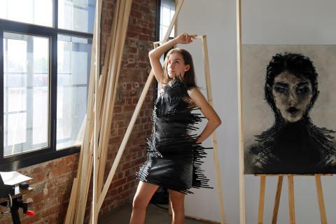 Kleid aus Kabelbindern der Designerin Laura Krettek
