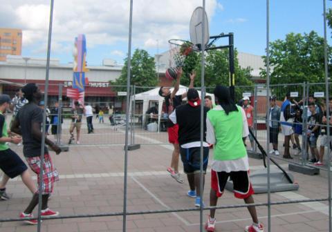 Fotboll och basket inleder sommarlovet på Bäckby