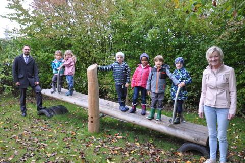 Sie ist aus Lärchenholz und bietet Spaß für gleich mehrere Kinder: Die neue Stehwippe der Hephata-Kindertagesstätte. Möglich wurde die Anschaffung durch eine Spende der VR-Bank Hessenland.