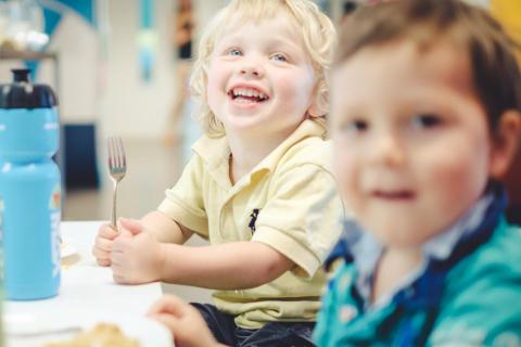 Måltidet og språk hos de minste barna i barnehagen