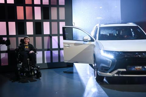 Nachwuchs-Comedian Carl Josef bekommt Mitsubishi Outlander Plug-in Hybrid