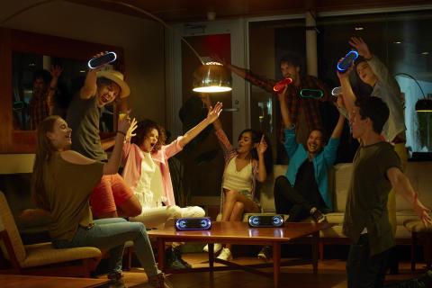 Zabawa w każdym miejscu —  przy muzyce z bezprzewodowych głośników i słuchawek  Sony EXTRA BASS™