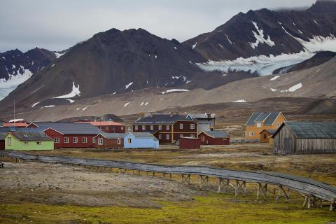 Die raue und felsige Landschaft Spitzbergens fungiert als düsteres Setting der Kriminalgeschichten von Monica Kristensen.