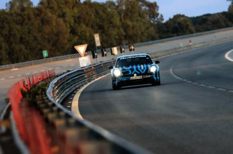 Porsche Taycan på Nardò under uthållighetstestets första kvällstimmar