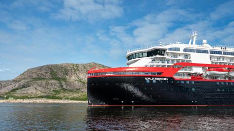 Hurtigrutens nye skip skal døpes i Antarktis