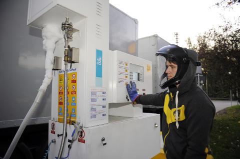 Werner Stoll beim Tanken von LNG