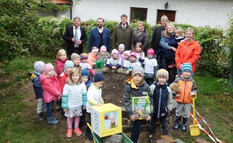 Die Schlaugärtner-Box für den Kindergarten St. Margareta in Pettendorf ist da: Mit 2.000 Euro unterstützt das Bayernwerk das Projekt Kräuterschnecke.
