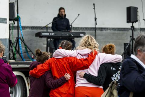 Konsert med Thomas Brøndbo under åpningen av Roan vindpark
