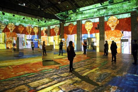Einzigartige Videoinstallationen lassen die Besucher im Kunstkraftwerk Leipzig ein Teil der Kunst werden