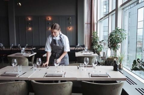 Så fick YG-eleven Juni sommarjobb i restaurangbranschen - trots pandemin