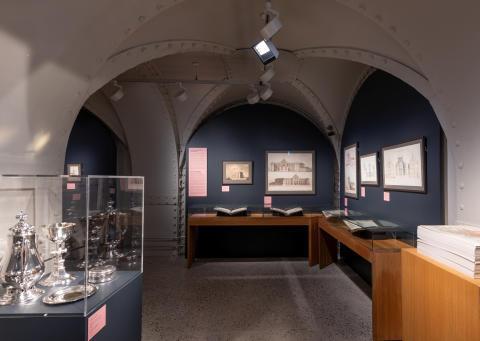 """Fra utstillingen """"Wilhelm von Hanno. Arkitekt og tegner i Chrstiania"""" i Hvelvet i Nasjonalmuseet -Arkitektur. Kirkesølv utlånd fra Trefoldighetskirken(tegnet av Von Hanno) til venstre i bildet."""