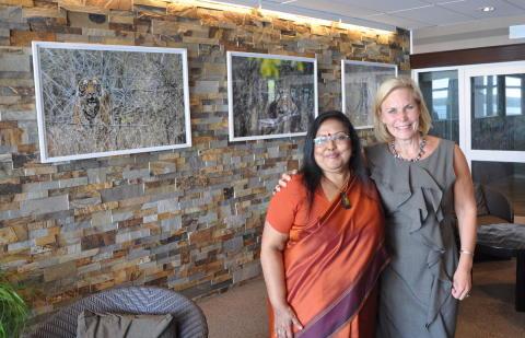 Indiska ambassadören och f.d. biståndsministern invigde fotoutställning