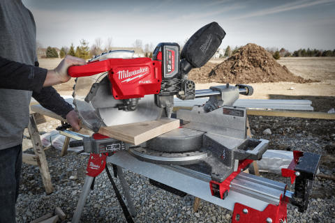 DROP LEDNINGEN! NY BATTERIDREVET MILWAUKEE® M18 FUEL™ 305 MM KAP-/GERINGSSAV