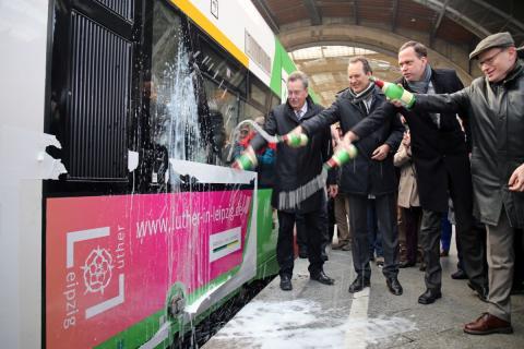 v.l.: Dietrich Hagemann, Volker Bremer, Tobias Kobe und Oliver Mietzsch weihen mit einer traditionellen Sektdusche den neuen Zug ein