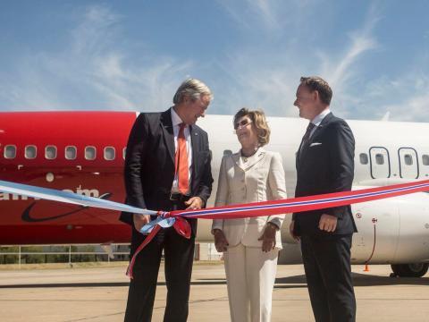 Dronning Sonja er med på markeringen av Norwegians etablering i Argentina.