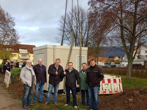 Deutsche Glasfaser stellt Glasfaserhauptverteiler in Veckerhagen auf