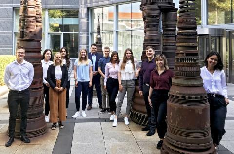12 neue Persönlichkeiten starten beim Mannheimer Zielgruppenversicherer in ihre Ausbildung