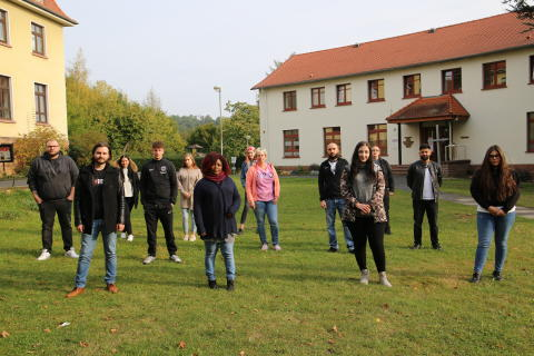 An der Hephata-Akademie für soziale Berufe haben 13 Frauen und Männer die neue, generalistische Pflegeausbildung begonnen.