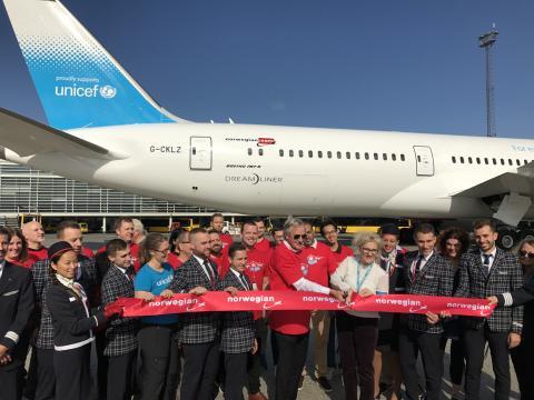 Norwegians koncernchef Bjørn Kjos klipper bandet inför första UNICEF-Dreamliner flygningen som går mot Jemen