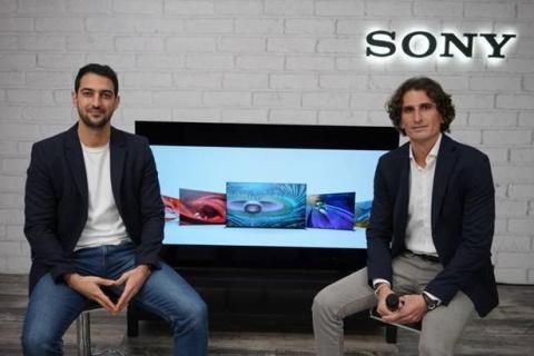 De izquierda a derecha, Arnau Ferrer, TV Iberia Product Manager y Albert Gràcia, Iberia Marketing Head de Sony en la presentación oficial de la nueva gama BRAVIA XR