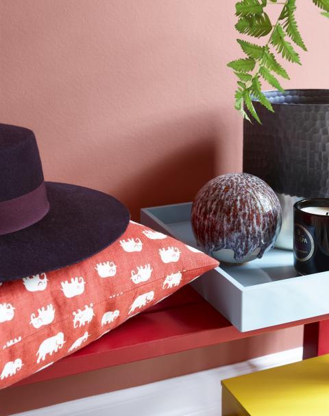 Varm orange henter kraft og vitalitet fra brent leire og høstens farger.