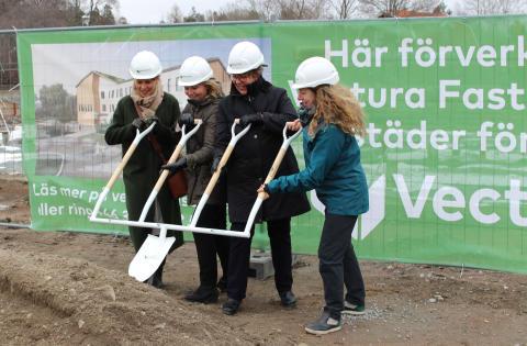 Första spadtaget för äldreboendet Villa Ängby i Knivsta