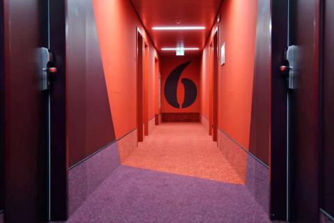 Die farbenfrohen Hotelflure, die in jeder Etage mit anderen Farben überraschen
