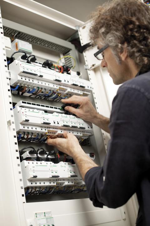 Ny generation af DIN-skinnekomponenter letter installationen og øger sikkerheden
