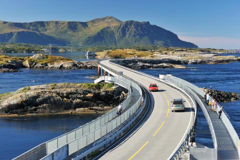 Verkehr auf der Atlantikstraße in Fjordnorwegen