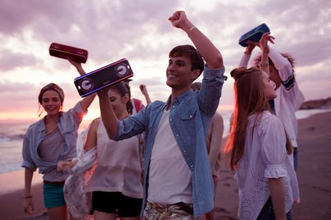 Naj se zabava prične z novimi brezžičnimi zvočniki Sony EXTRA BASS™