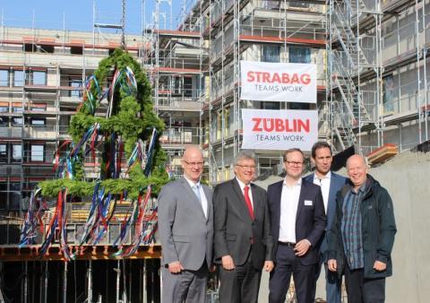 Deckenfest mit Lobeshymnen: STRABAG Real Estate hisst Richtkrone für RathausVillen Schönefeld