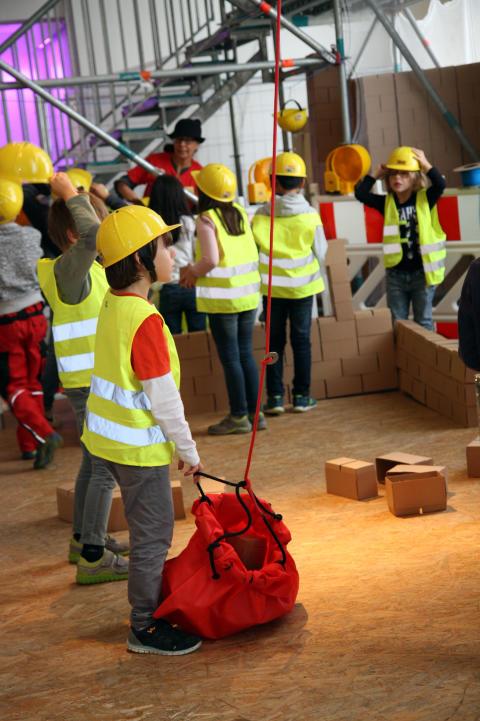 Kinder erkunden die neue Ausstellung des Kinder- und Jugendmuseums München.